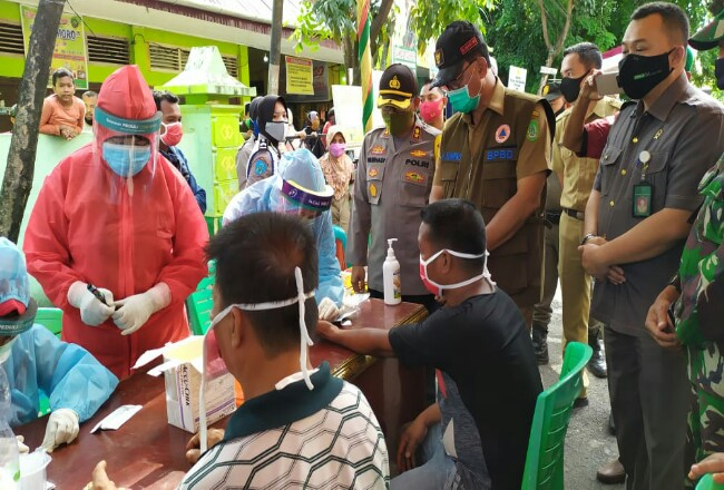 Para pedagang di Pasar Datuk Rubiah saat pelaksanaan rapid test.