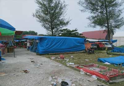 Sisa-sisa bungkus makanan dan minuman berserakan di lokasi Dumai Expo.