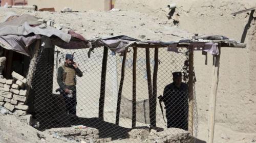 Polisi memeriksa lokasi pasca-ledakan bom di dekat TPS di Kabul, Afghanistan. FOTO: AP/VoA