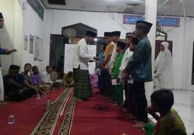 Pemberian santunan kepada anak yatim Masjid Nurul Hidayah Batu 8.