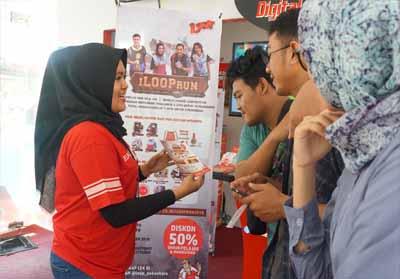 Masyarakat sedang melakukan registrasi I LOOP Run di Broadband Corner UIR dan GraPARI Sudirman Pekanbaru. Berbagai diskon dan hadiah menarik tersedia bagi pelanggan umum maupun pelajar/mahasiswa.