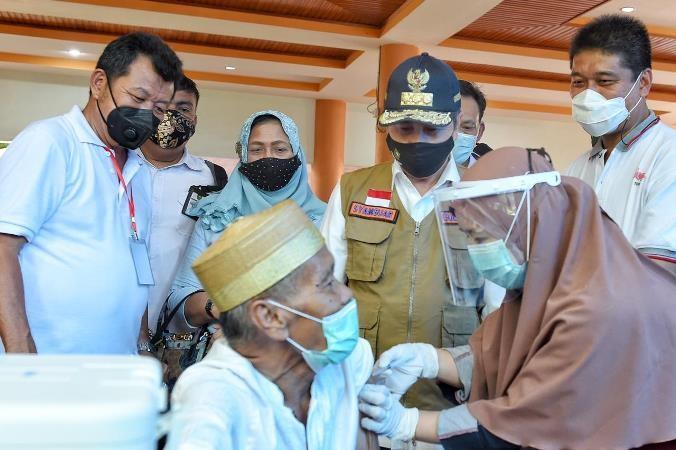 Gubri Syamsuar menjenguk warga yang mengikuti vaksinasi covid-19 di Bengkalis.