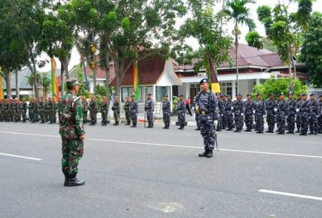 Rangkaian acara HUT ke-74 TNI di Pekanbaru besok akan dilaksanakan di Jalan Gajahmada. Tampak personel lakukan persiapan.