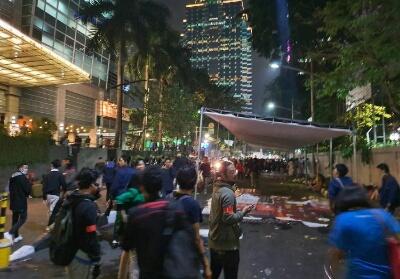 Suasana posko evakuasi di samping kampus Universitas Atma Jaya, Jakarta sebelum ditembak gas air mata. Foto: Detik