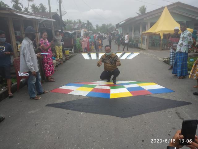 Bupati Rohil H Suyatno berfoto di Jalan Pusara 1 di lukisan tiga dimensi yang telah selesai dibuat