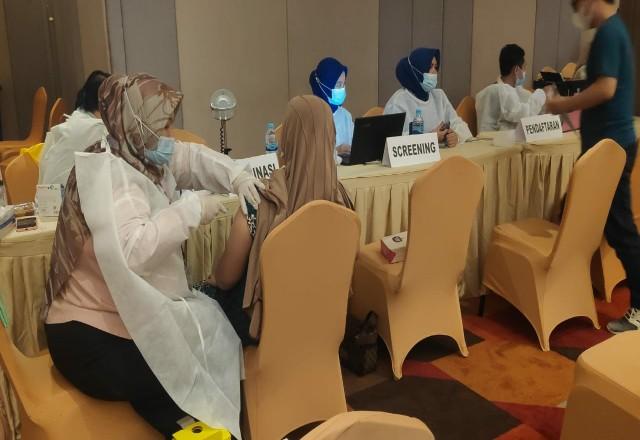 Vaksinasi massal untuk lansia digelar Polda Riau.