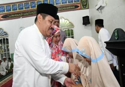 Bupati Bengkalis Amril Mukminin dan istri memberikan cenderamata kepada Annisa dan Humaira saat safari Ramadan di Kecamatan Bukit Batu beberapa waktu lalu.