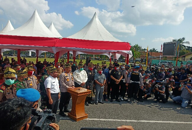 Selain itu menggelar bagi-bagi sembako, Polda Riau  melaunching Pilot Project Jaga Kampung, Kabupaten Siak.