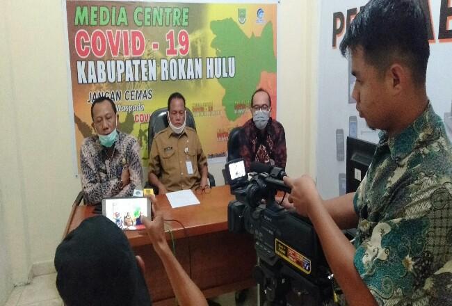 Jubir Tim Gugus Tugas Covid-19 Rohul Yusmar didampingi Kadiskes dr Bambang dan Direktur RSUD Rohul dr Novil Rachel, beri keterangan pers.