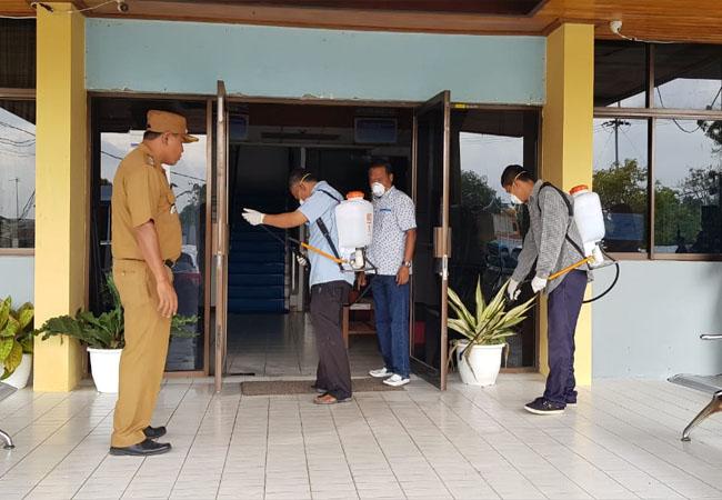 Penyemprotan cairan desinfektan di kantor Camat Rumbai Pesisir, Selasa (17/3/2020).