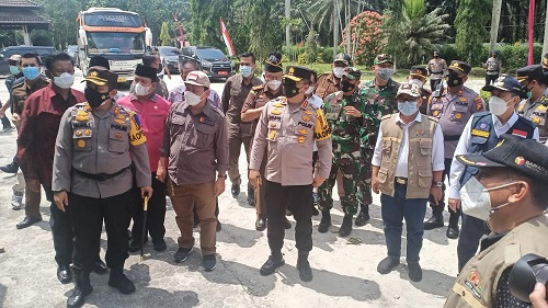 Gubri Syamsuar dampingi Ketua KPU RI dan Ketua Bawaslu RI memantau PSU di salah satu TPS kebun PT. Torganda.