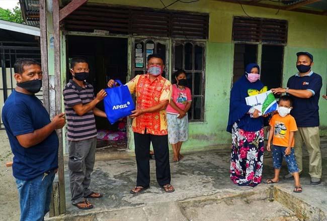 Pembagian sembako langsung ke rumah warga yang berada di area seputar operasional PT RAPP di Pangkalan Kerinci.