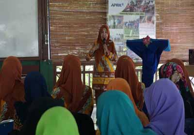 Sambutan Ibu Bupati Pelalawan, Ratna Mainar pada saat pembukaan pelatihan membatik lanjutan dan kerajinan lidi di BPPUT RAPP.
