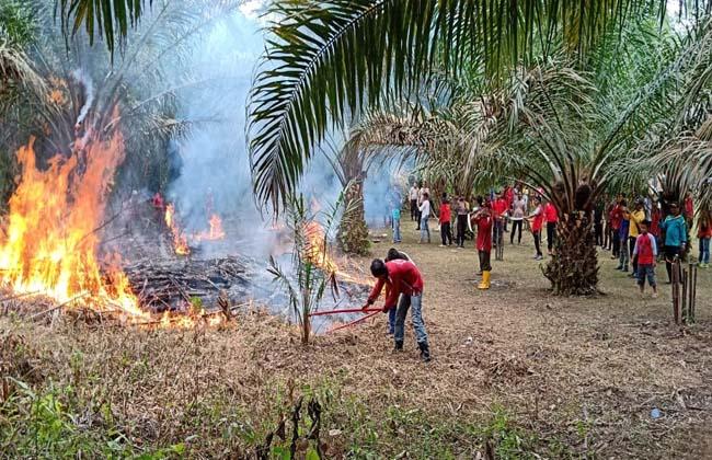 Pelatihan pemadaman api di Polsek Logas Tanah Darat.
