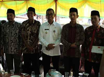 Bupati H Mursini fhoto bersama empat calon Kades Beringin Taluk Kecamatan Kuantan Tengah.