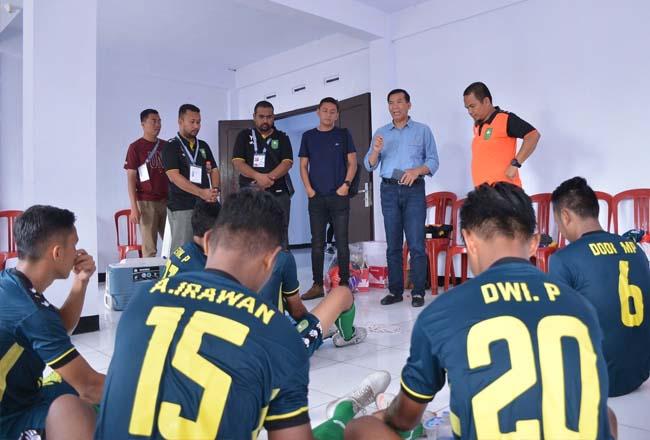 Walikota Pekanbaru, Dr Firdaus ST MT tinjau dan beri semangat kontingen Riau dari cabor sepakbola. Diketahui bola kaki Riau kalah dari Jambi skor 2.4. Bola kaki Riau kembali bertanding melawan tuan rumah Bengkulu. Namun, hasil dari pertandingan akhir itu tidak akan mempengaruhi poin.