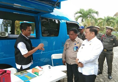 Wabup Halim didampingi Kepala BNNK Kuansing Wim Jefrizal saat meninjau langsung pelaksanaan tes urine.