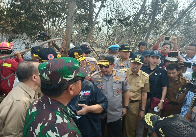 Kapolri saat meninjau Karhutla di Riau.