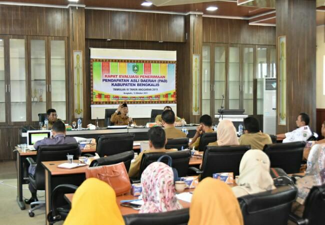 Rapat evaluasi penerimaan PAD tahun 2019 dipimpin oleh Kepala Bapenda Kabupaten Bengkalis H Imam Hakim.