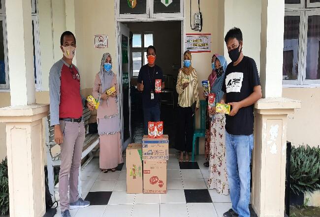 Penyerahan bantuan paket gizi kepada Puskesmas Sungai Hilir, Kabupaten Kuansing.