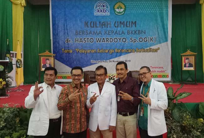 Kepala BKKBN RI dr Hasto Wardoyo foto bersama Kepala Perwakilan BKKBN Provinsi Riau Agus Putro Proklamasi serta jajaran civitas UR.