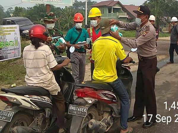 Pembagian 4.000 masker secara gratis oleh PT Bukit Batu Hutani Alam (BBHA) dan PT Sakato Pratama Makmur (SPM) yang merupakan mitra pemasok kayu bahan baku kertas Asia Pulp & Paper (APP) Sinar Mas.