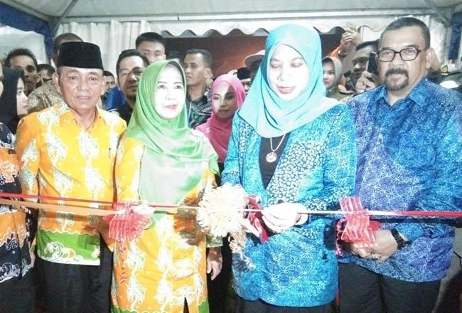 Bupati Pelalawan HM Harris bersama istri Hj Ratna Mainar Harris serta Wagubri Edi Natar Nasution menyaksikan Istri Wagubri memotong pita sebagai tanda dibukanya gelaran Pelalawan Expo 2019. FOTO: Andy Indrayanto