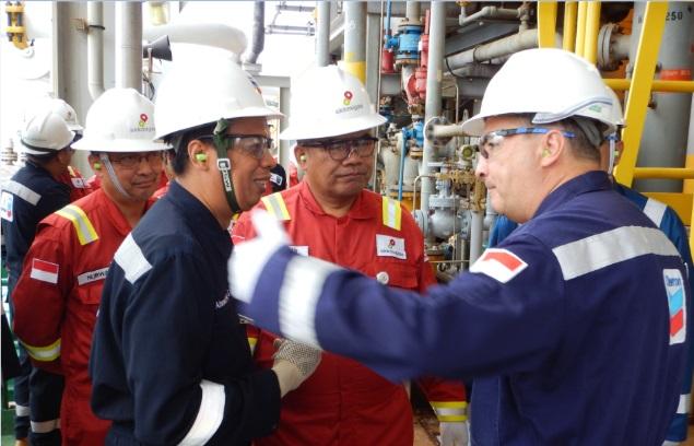 Managing Director Chevron IndoAsia Business Unit (IBU) Chuck Taylor memberikan penjelasan kepada Kepala SKK Migas Amien Sunaryadi dan Kepala Unit Percepatan Proyek Indonesia Deepwater Development SKK Migas Nurwahidi.