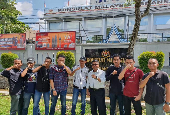 Supporter Timnas Indonesia, Ultra Garuda Indonesia (UGI) sezione Riau di konsulat Malaysia.