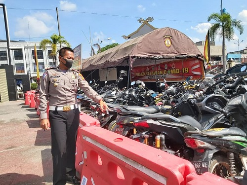 Kasat Lantas Polres Dumai AKP Agustinus Chandra Pietama menunjuk puluhan kendaraan roda dua yang berhasil diamankan dari aksi balap liar.