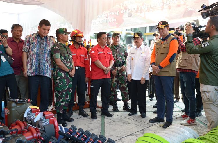 Kepala BNPB Mayjen TNI Doni Monardo didampingi Gubri saat apel siaga Karhutla