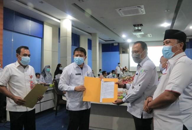 Sekda Abdul Haris, menyerahkan DPA Tahun Anggaran 2021, ke perwakilan OPD dan Camat.