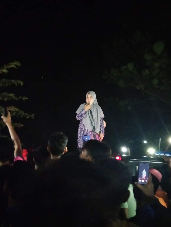 Camat Rangsang Barat, Juwita Ratna Sari berusaha mengamankan situasi agar massa tidak bertindak menghakimi SU.