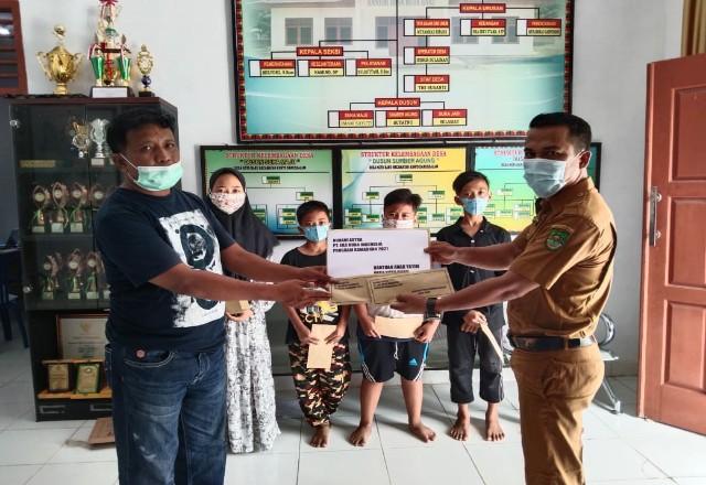 PT EDI berbagi paket sambako dan uang ke masyarakat.