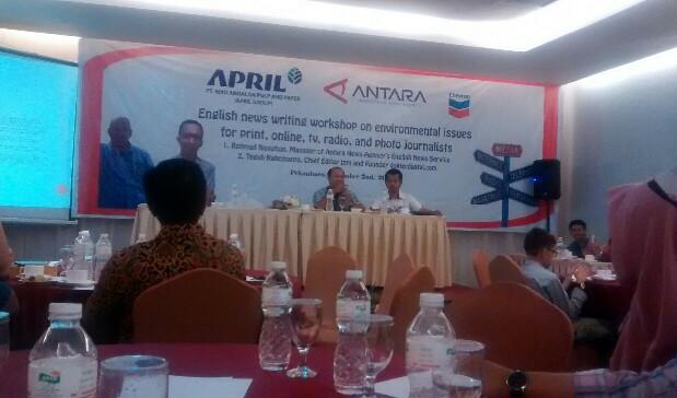 Rahmad Nasution saat memberi penjelasan atas pertanyaan peserta pelatihan soal tema