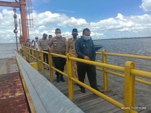 Bupati Kepulauan Meranti, Drs H Irwan yang didampingi Kapolres saat mengunjungi Desa Tanjung Peranap saat belum diterapkan PSBM.