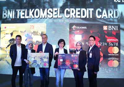 Direktur Sales Telkomsel Ririn Widaryani (kedua kanan), VP Analytics & Market Research Riny Novitriyanti (kedua kiri), Direktur Bisnis Konsumer BNI Tambok P Setyawati (ketiga kanan), GM Divisi Bisnis Kartu BNI Okki Rushartomo (paling kanan), Chief Marketing Officer Finarya Edward Killian (paling kiri) dan Direktur Mastercard Indonesia Tommy Singgih (ketiga kiri) saat peluncuran produk co-branding berupa Kartu Kredit BNI Telkomsel di Jakarta, (2/8).