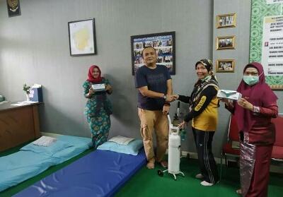 Heri Setiawan memberikan bantuan tabung dan regulator oksigen ke salah satu rumah singgah di Tenayan Raya.