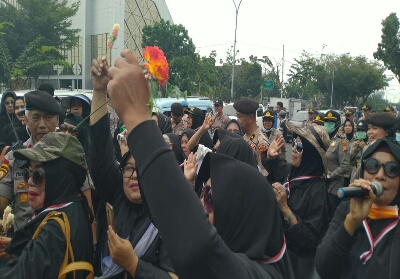 Massa ibu-ibu saat menggelar aksi damai di Mapolda Riau.