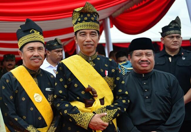 Bupati Bengkalis Amril Mukminin foto bersama Presiden Jokowi.