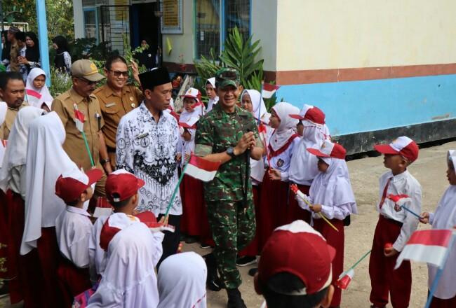 Dandim 0314 Inhil, didampingi Marlis Syarif, Kepala Sekolah disambut ratusan murid.