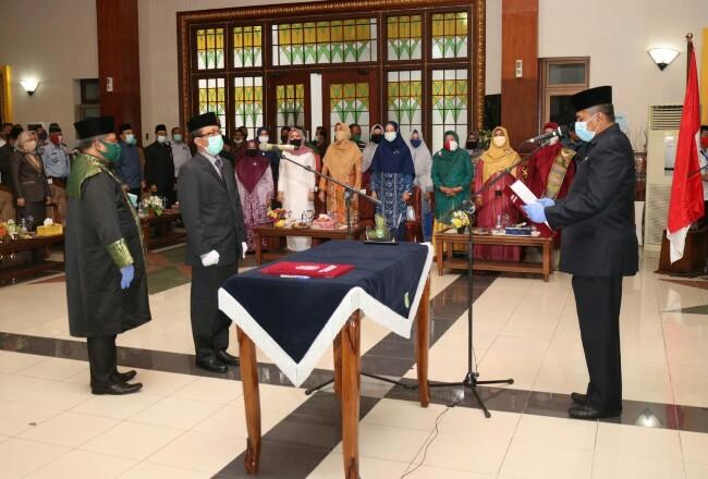 Bupati Alfedri saat melantik Arpan Usman sebagai Sekda.