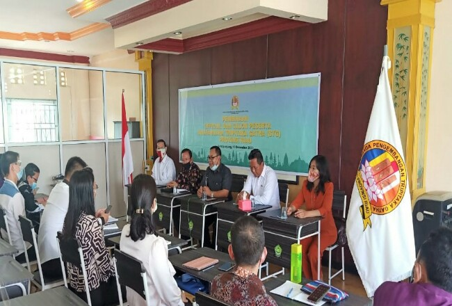 Pembimas Buddha Riau Tarjoko menyampaikan kata sambutan dalam pembukaan pembinaan official dan calon peserta STG, didampinggi pengurus LPTG Riau Jono dan Ket Tjing.
