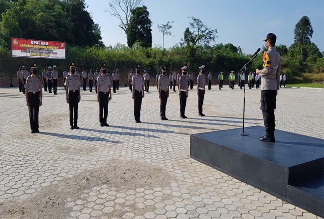 Kapolres Rohul AKP Dasmin Ginting, memimpin upacara kenaikan pangkat 41 personel Polres Rohul bersempena HUT ke-74 Bhayangkara.