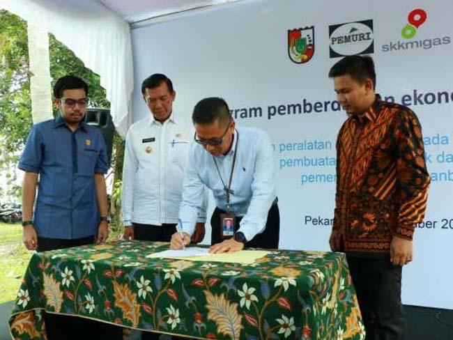 Walikota Pekanbaru, Firdaus menyaksikan Penandatanganan Berita Acara Penyerahan Bantuan Alat Pertanian. FOTO: Pekanbarugoid.