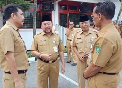 Sekretaris Daerah H Bustami HY berdiskusi dengan sejumlah pejabat usai menjadi pembina apel bersama di halaman kantor Bupati Bengkalis.
