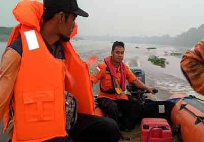 Tim SAR masih melakukan pencarian Didi operator alat berat yang tenggelam di Sungai Ujung Tanjung.
