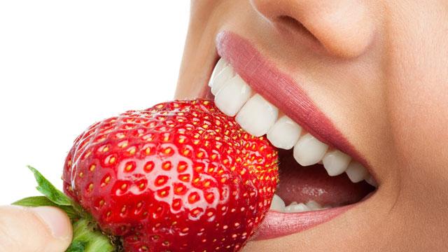 Tips Agar Gigi Putih Alami Makan Stroberi