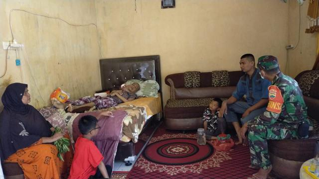 Babinsa Koramil 02/Rambah kunjungi penderita kanker rahang, Iwan Rangkuti.