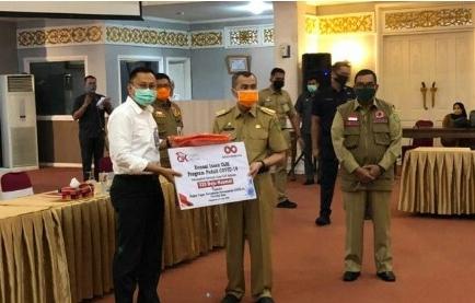 OJK serahkan bantuan APD kepada Pemprov Riau.